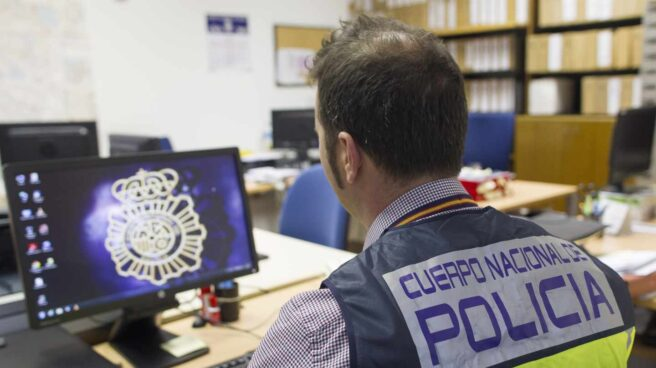Un policía ante un ordenador. Un policía ante un ordenador.