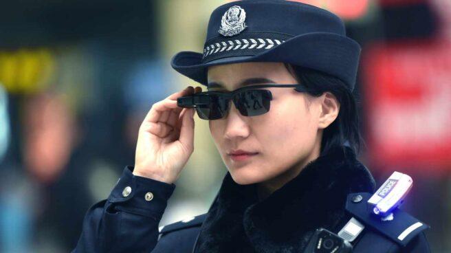 Una policía utilizando las gafas de reconocimiento facial.