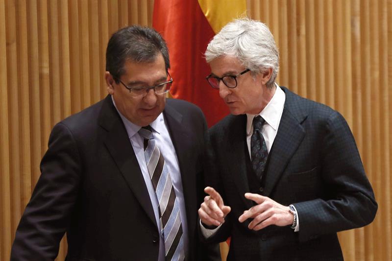 Antonio Pulido y Enrique Goñi, este martes en el Congreso.