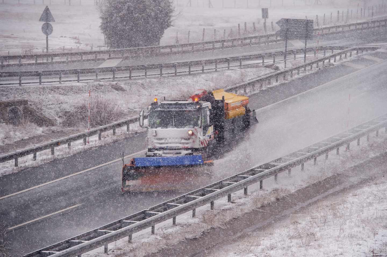 Una quitanieves limpia la Autovía de la Meseta a la altura de la localidad cántabra de Reinosa, donde se encuentra activada la alerta roja por nieve.