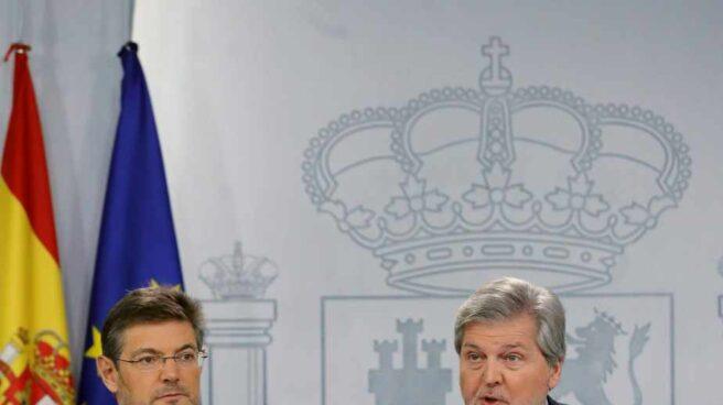 El ministro de Justicia Rafael Catalá y el ministro portavoz Iñigo Méndez de Vigo, tras la reunión del consejo de ministros.