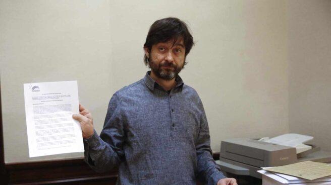 El diputado de Unidos Podemos, Rafael Mayoral, en el registro del Congreso de los Diputados.