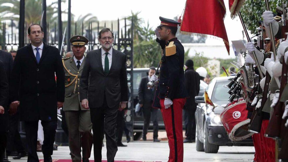 Mariano Rajoy, acompañado por su homólogo tunecino ,Yusef Chahed.