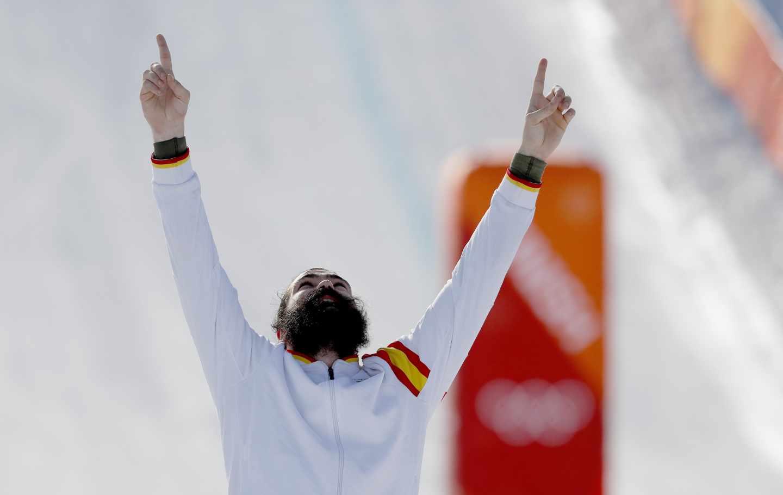 Regino Hernández celebra mirando al cielo su medalla de bronce en los Juegos Olímpicos de PyeongChang.