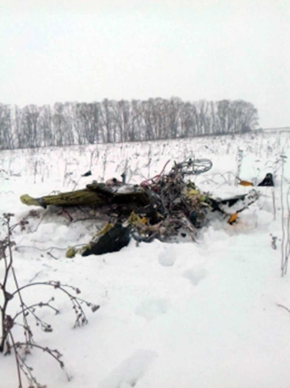 Restos del avión ruso siniestrado en las afueras de Moscú.