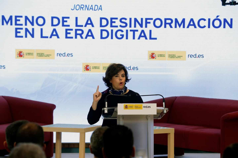 La vicepresidenta del Gobierno, Soraya Sáenz de Santamaría, durante su intervención sobre las noticias falsas en España.