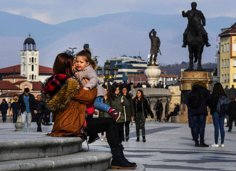 Viandantes en la plaza principal de Skopje, donde los gobiernos nacionalistas han erigido en los últimos años figuras mitológicas del antiguo reino de Macedonia para reclamar su herencia sobre el actual país.