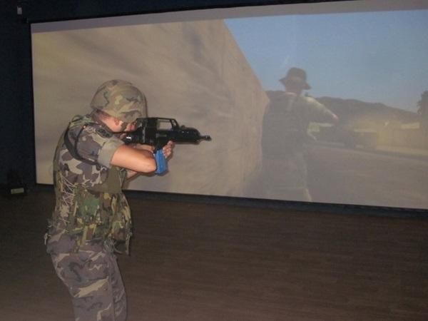 Soldado en un simulador.