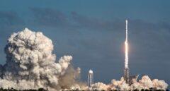 SpaceX abre un nuevo capítulo de la carrera espacial con el exitoso lanzamiento del gigantesco cohete Falcon Heavy,