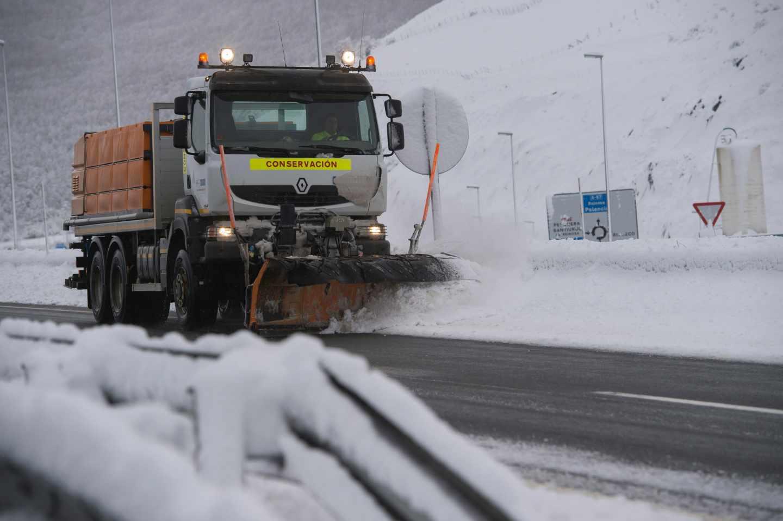 Una máquina quitanieves limpia la A-67, a la altura de la localidad cántabra de Pesquera, donde el temporal ha obligado a primera hora de hoy a prohibir la circulación de camiones.