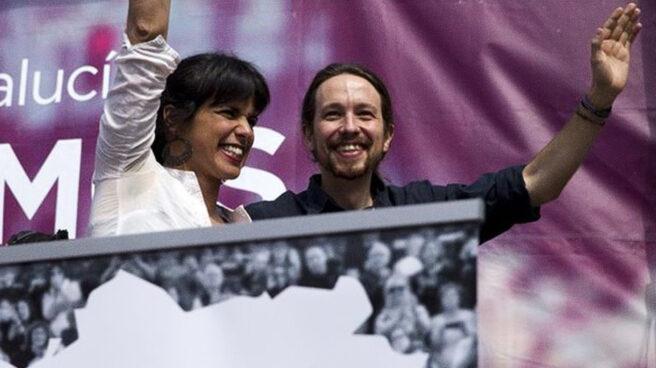 Teresa Rodríguez y Pablo Iglesias saludando.