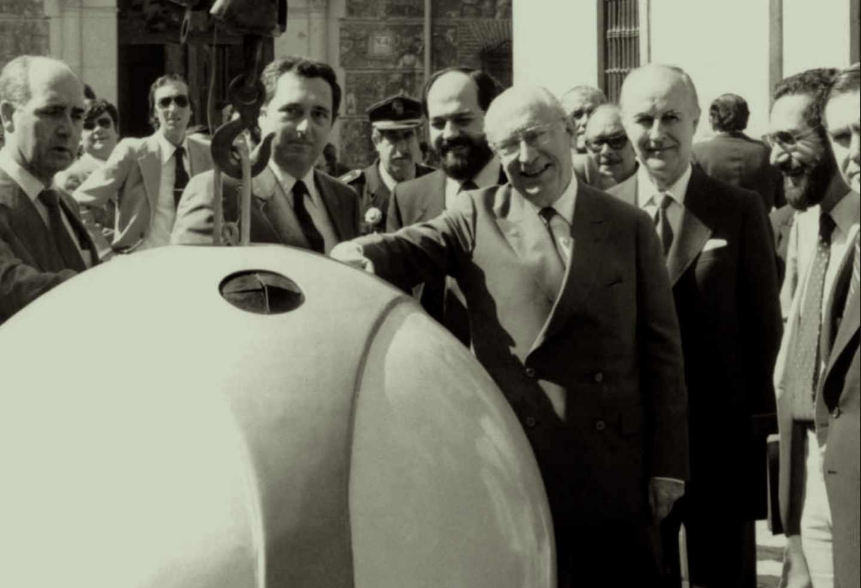 Tierno Galván, estrenando los primeros contenedores de vidrio de Madrid