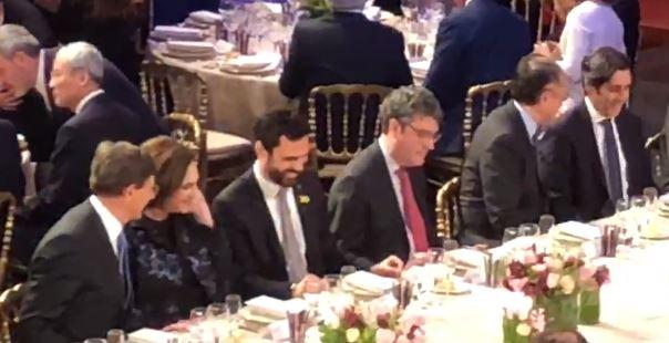 Roger Torrent y Ada Colau, en la cena oficial del Mobile World Congress junto al ministro Álvaro Nadal.