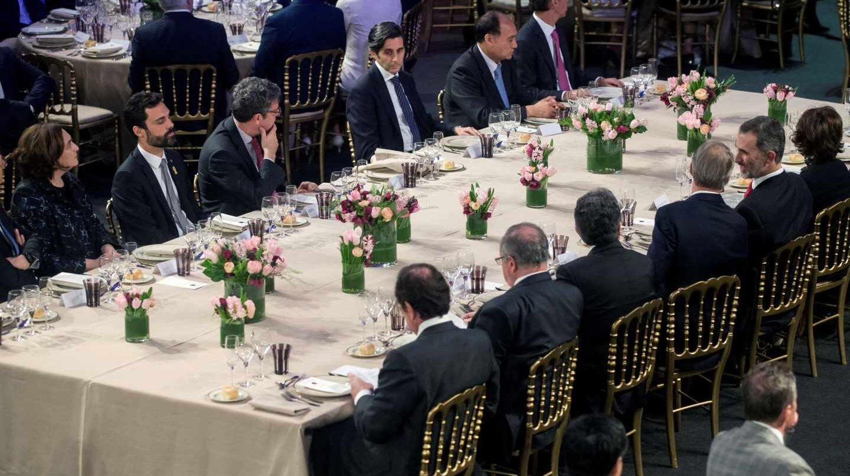 Ada Colau, Roger Torrent, el ministro Álvaro Nadal, Enric Millo y el Rey Felipe VI han compartido mesa en la cena del Mobile.