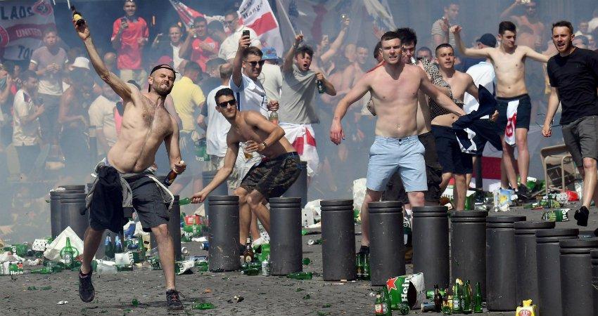 Ultras rusos y hooligans ingleses, durante una batalla en las calles de Marsella en la pasada Eurocopa.