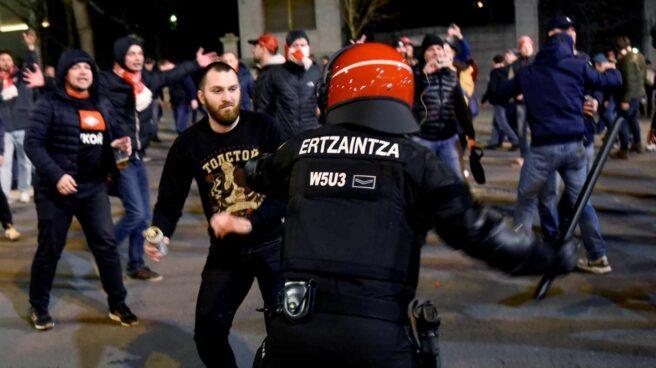 Un ertzaina carga contra un ultra del Spartak de Moscú en las inmediaciones de San Mamés.
