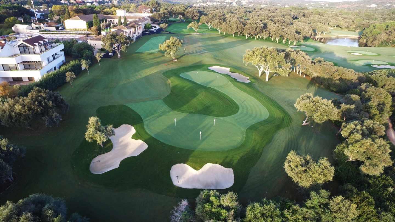 Vista aérea de uno de los hoyos del campo de golf Valderrama, en San Roque (Cádiz).