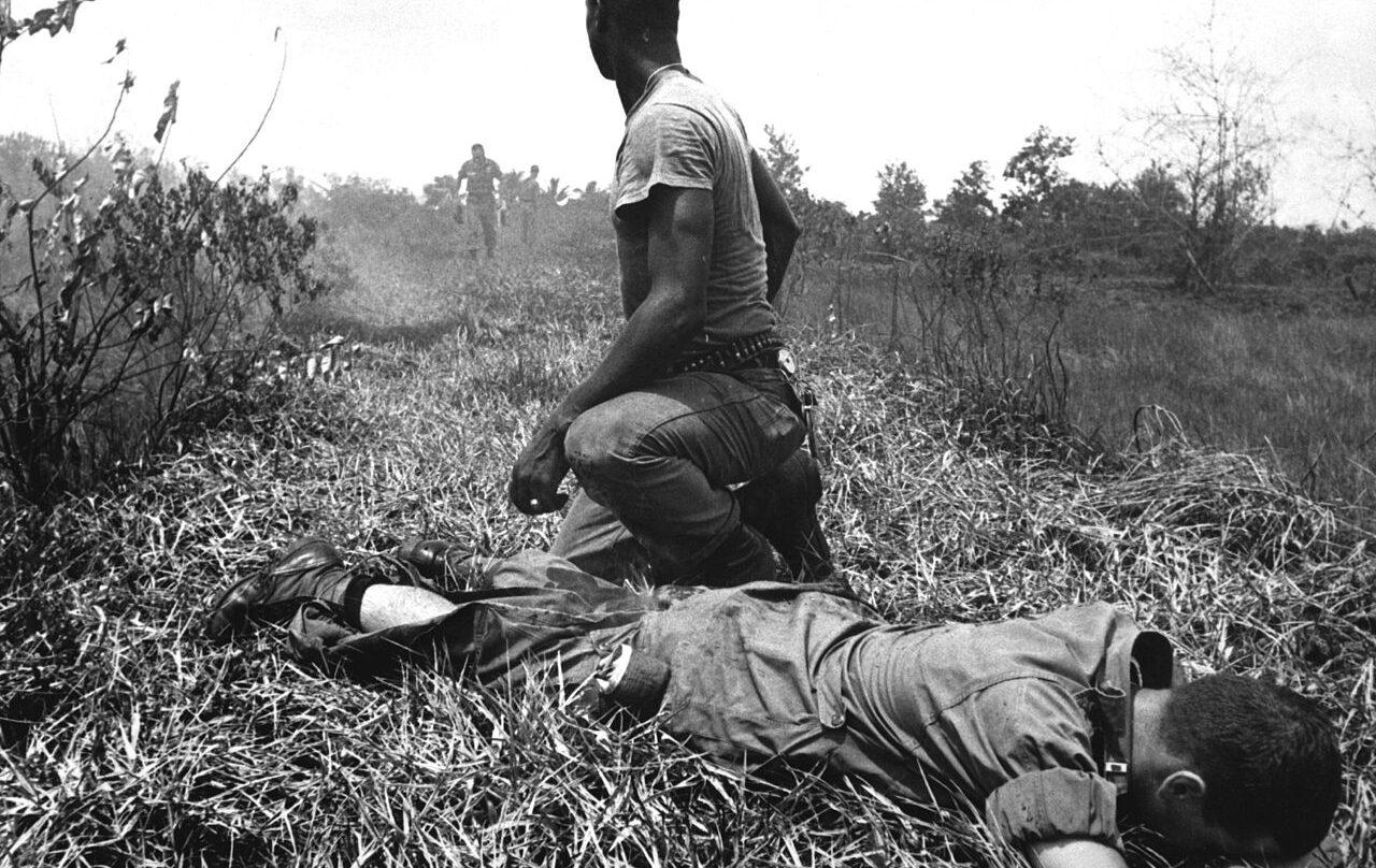 Un teniente herido del ejército norteamericano, asistido por un médico en el campo de batalla, en 1966.