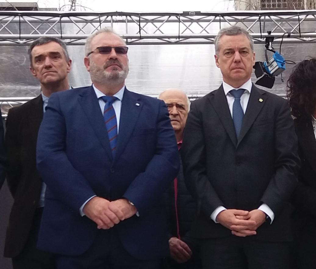 El presidente de la AVT, Alfonso Sánchez, junto al lehendakari Iñigo Urkullu durante el acto en recuerdo a las víctimas celebrado el pasado sábado en Bilbao.