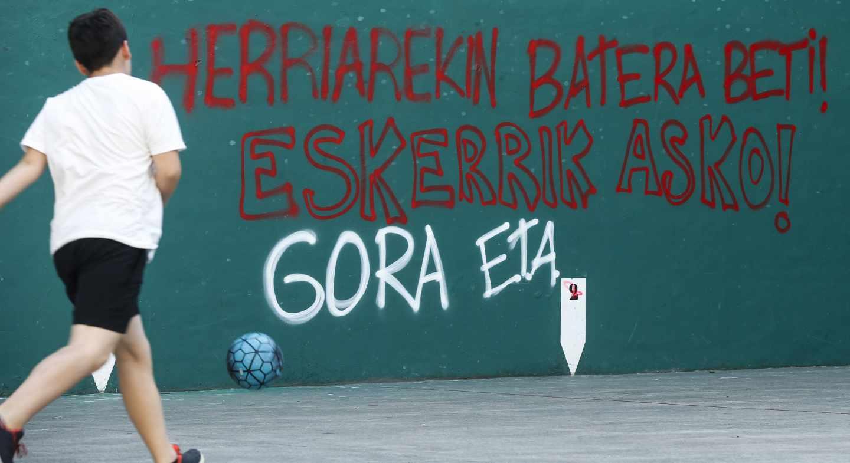 Pintadas de agradecimiento a ETA aparecidas tras su acto de desarme en Bayona.