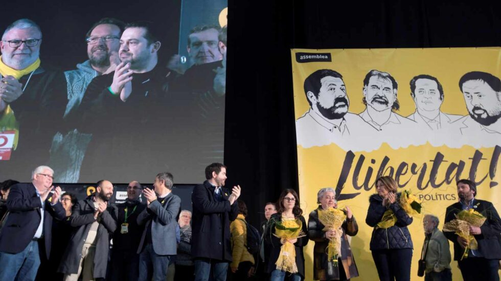 Susana Barreda (4d), mujer de Jordi Sánchez, durante un acto de la asamblea general de la ANC.