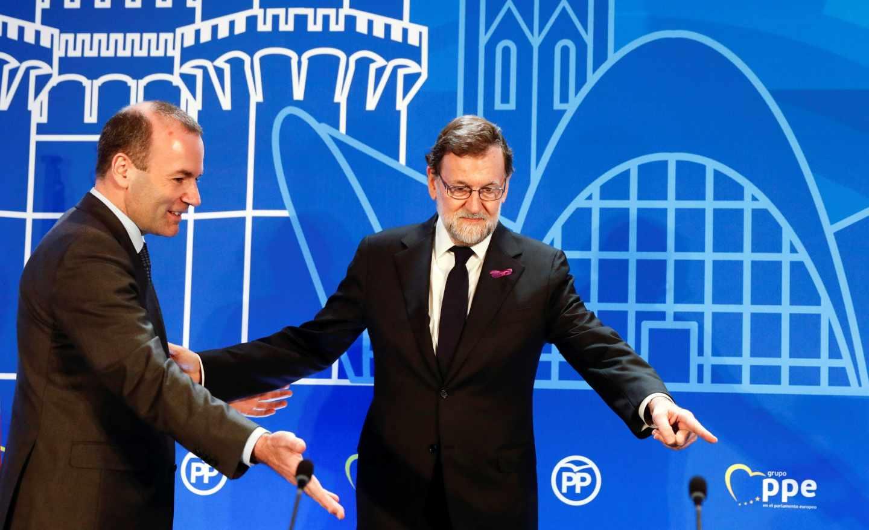 Rajoy junto al líder del PPE, Manfred Weber, este jueves en Valencia