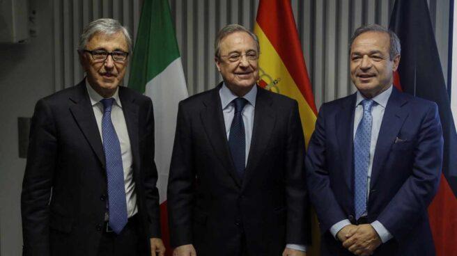 De izq. a dcha., el consejero delegado de Atlantia, Giovanni Castelluci; el presidente de ACS, Florentino Pérez; y el presidente de Hochtief, Marcelino Fernández Verdes.