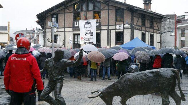 Un agente de la Ertzaintza vigila el homenaje al ex preso de ETA Zunbeltz Larrea en Durango.