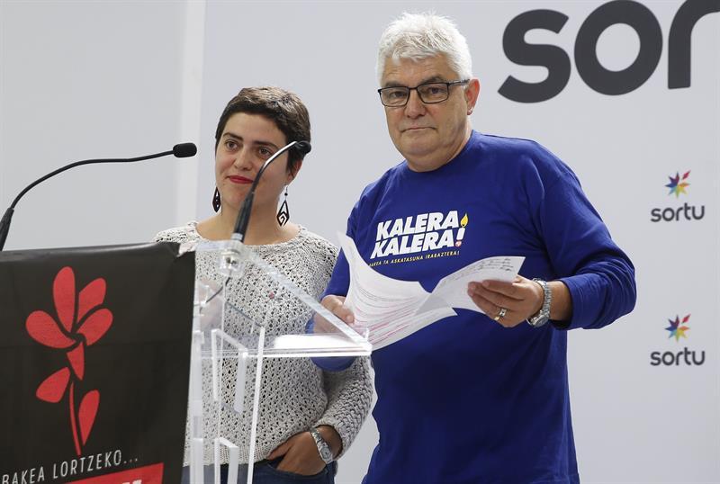 Dos de los detenidos, Oihana Garmendia y Antonio López Ruiz, 'Kubati', durante un acto de Sortu.