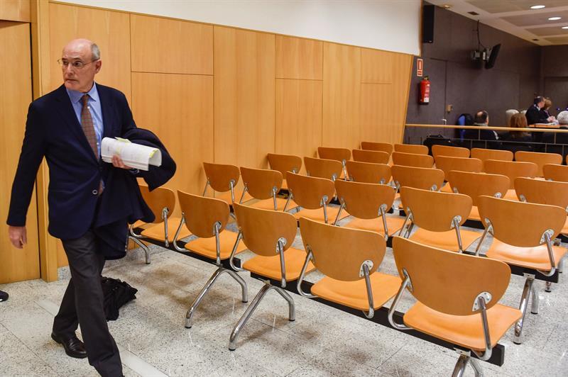 El ex consejero de Sanidad del Gobierno vasco, Rafel Bengoa, se dispone a declarar como testigo en el juicio del llamado 'caso Margüello'.