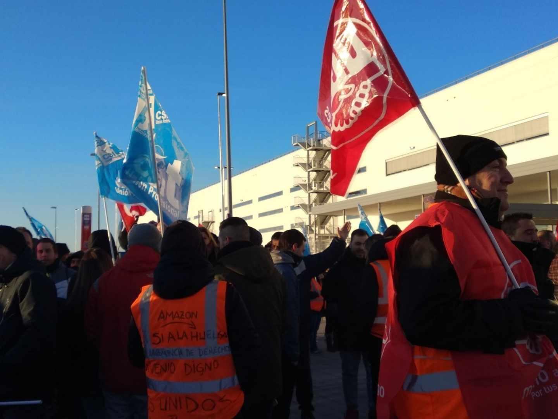 Trabajadores en huelga de Amazon, a las puertas de la planta de la empresa en San Fernando (Madrid).