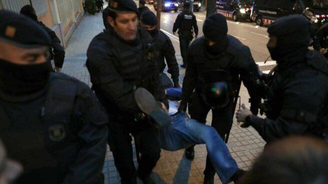 Los Mossos desalojan a uno de los participantes en una manifestación en Barcelona de los Comités de Defensa de la República (CDR).