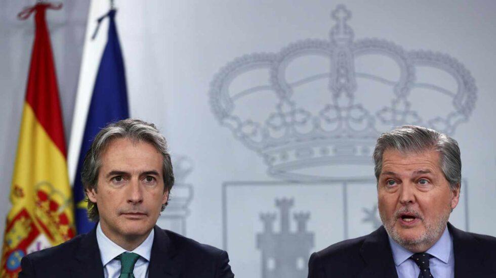 El ministro de Educación, Cultura y Deporte y portavoz del Gobierno Íñigo Méndez de Vigo (d), y el ministro de Fomento Iñigo de la Serna, durante la rueda de prensa celebrada en el Palacio de la Moncloa tras el Consejo de Ministros.