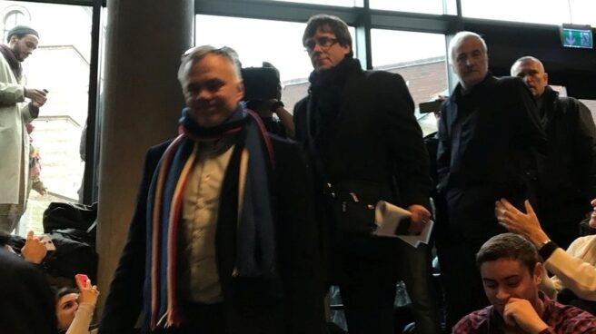 Lluís Escola, arriba a la derecha, escoltando a Puigdemont en el acto en el que éste participó en Copenhague (Dinamarca).