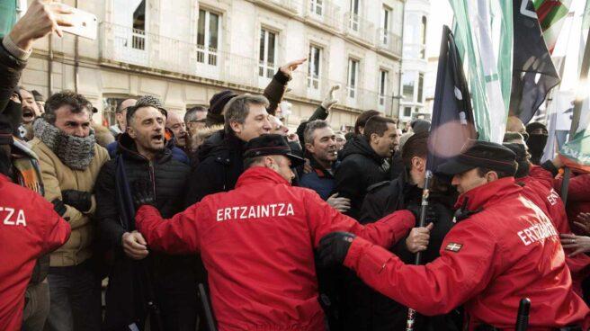 Agentes de la Ertzaintza durante una protesta frente al Parlamento Vasco.