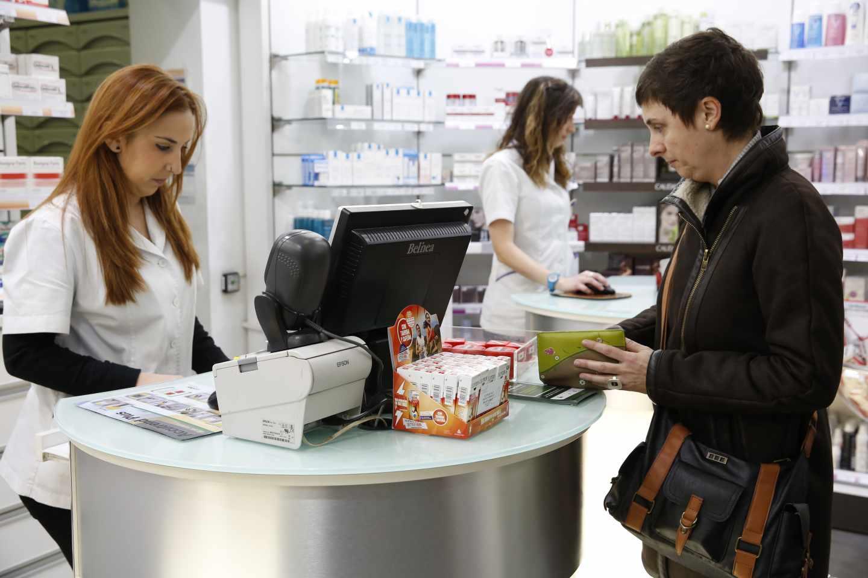 Clienta comprando en una farmacia.