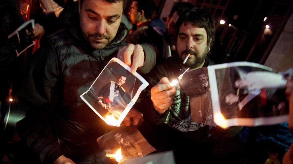 Miembros de Alerta Solidaria queman fotos del Rey en Girona.