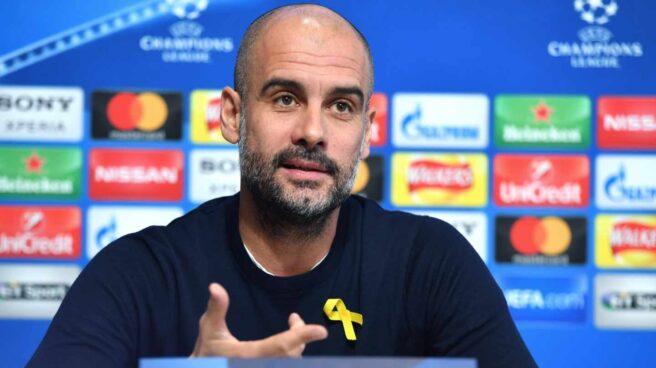 Pep Guardiola, en una rueda de prensa con el lazo amarillo.