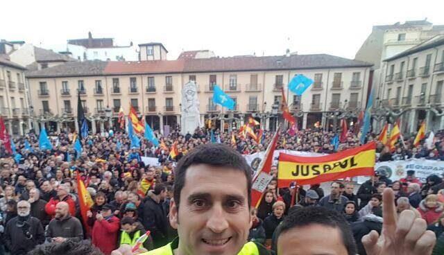 Natán Espinosa (primero por la derecha), junto a otros dirigentes de Jusapol en una de las manifestaciones.
