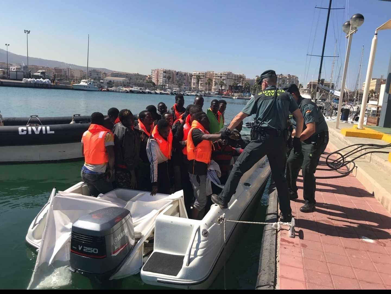 Inmigrantes desembarcando en Melilla.
