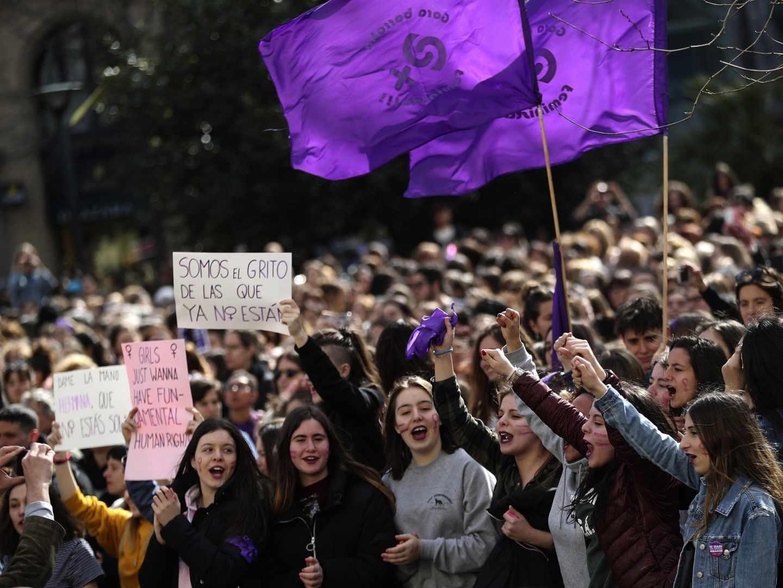 Concentración convocada por movimientos feministas en el bulevar de San Sebastián.