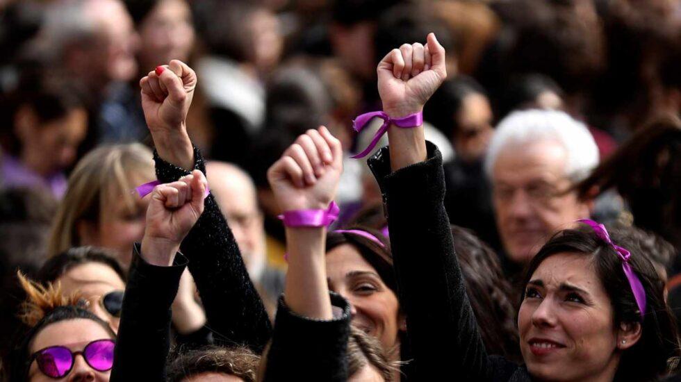 Participantes en la concentración convocada por movimientos feministas en el bulevar de San Sebastián.