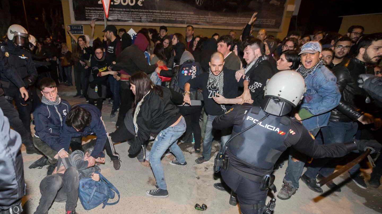 Altercados en Murcia tras la manifestación del 8M a la altura del polémico paso a nivel de Santiago El Mayor.