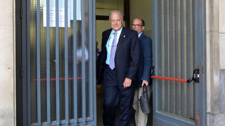 El ex consejero andaluz Ángel Ojeda, saliendo de los juzgados de Sevilla junto a sus abogados.