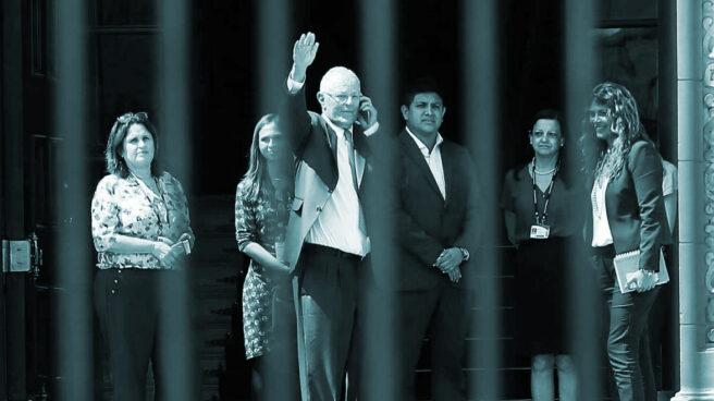 Pedro Pablo Kuczynski, tras su renuncia como presidente, sale del Palacio de Gobierno en Lima.