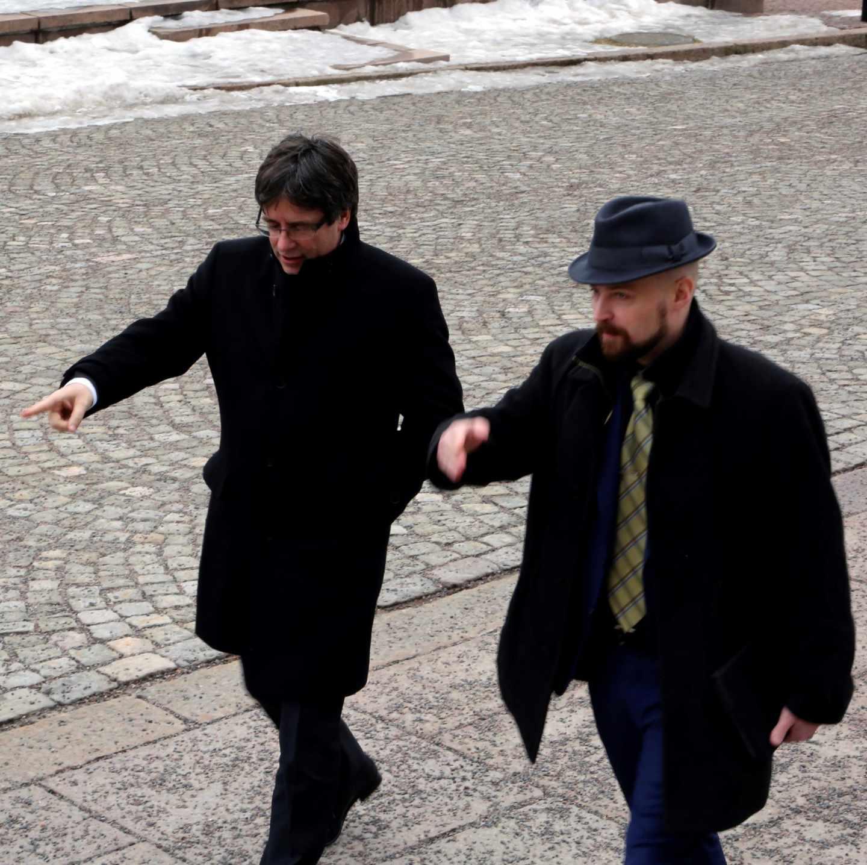 El expresidente de la Generalitat Carles Puigdemont (i) junto al liberal Mikko Kärnä, portavoz de un grupo de diputados finlandeses simpatizantes con el movimiento independentista catalán, durante su visita a Helsinki, Finlandia.