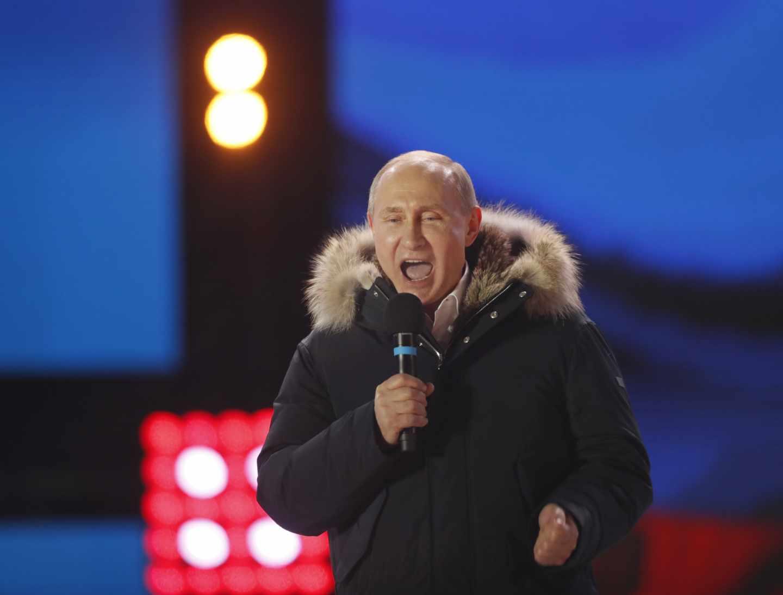 Vladimir Putin celebra en Moscú su victoria electoral.