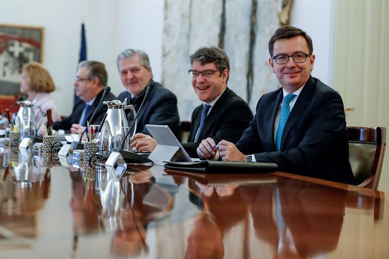 El nuevo ministro de Economía, Román Escolano, en su primera reunión del Consejo de Ministros.