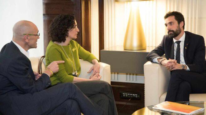 Romeva y Rovira charlan con Torrent en el Parlament.