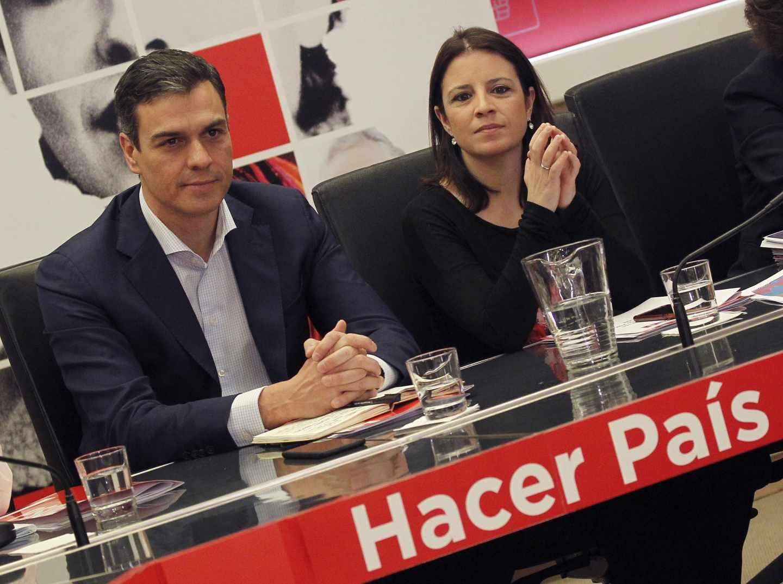 El secretario general del PSOE, Pedro Sánchez, y la vicesecretaria general, Adriana Lastra.